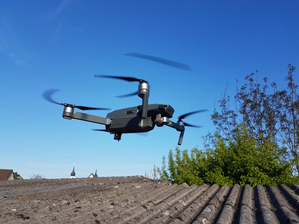 Drohne über Asbestzementdach